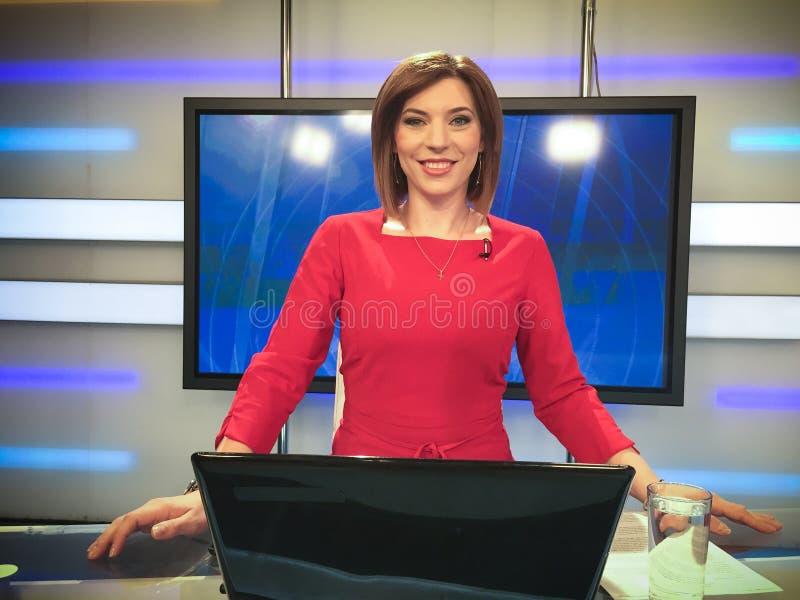 Journaliste de TV au bureau d'actualités image libre de droits