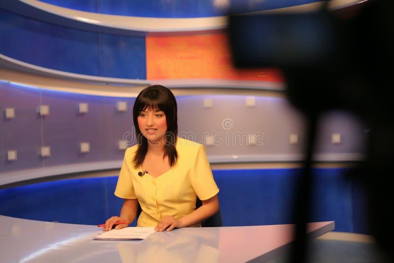 Journaliste de TV dans le studio photographie stock