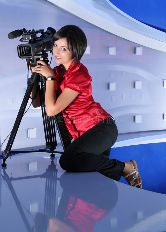 Journaliste de TV dans le studio photo stock