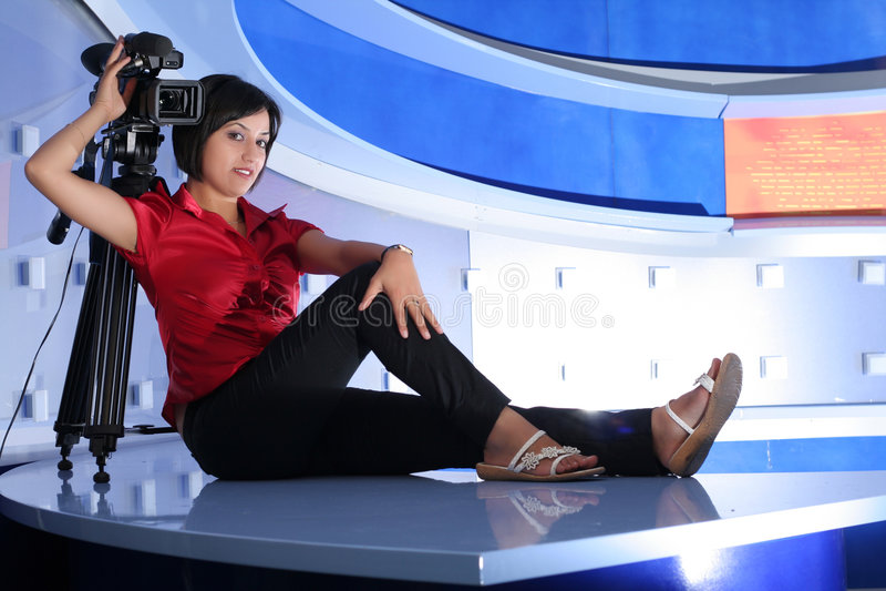 Journaliste de TV dans le studio images libres de droits