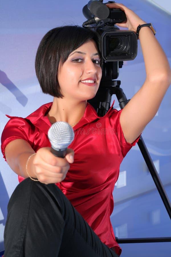 Journaliste de TV dans le studio photographie stock libre de droits
