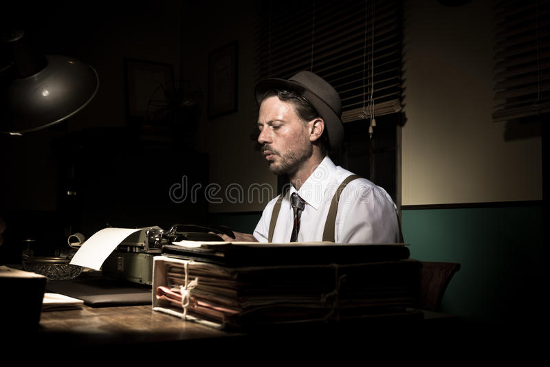 Journaliste de vintage travaillant tard la nuit image libre de droits