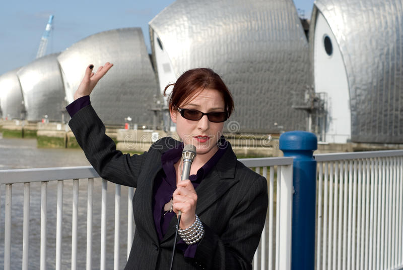 Journaliste féminin de TV images stock