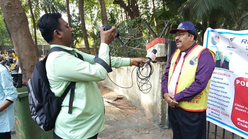 Journaliste Interview pour le rassemblement de poliomyélite de fin photo stock