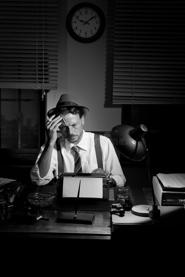 journaliste travaillant tard la nuit et fumant dans son bureau photo stock image du al s. Black Bedroom Furniture Sets. Home Design Ideas