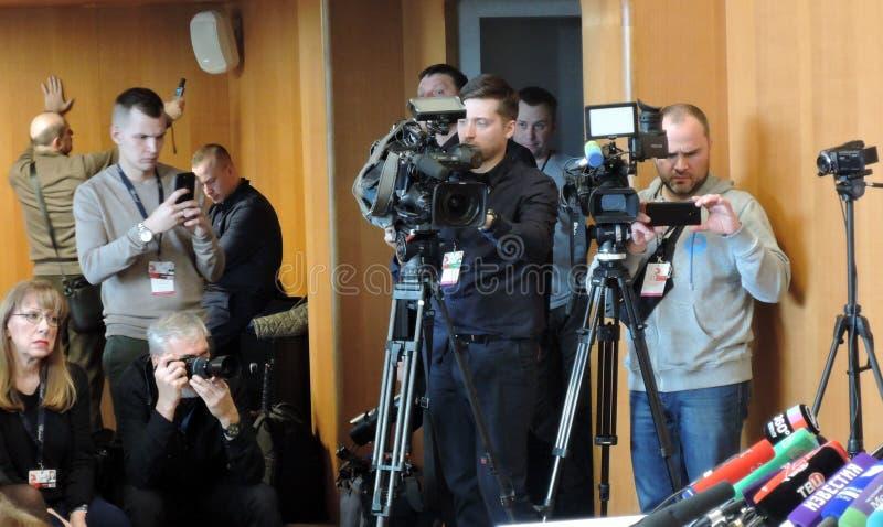 Journalisten bij persconferentie van Internationaal de Filmfestival van 41ste Moskou royalty-vrije stock fotografie