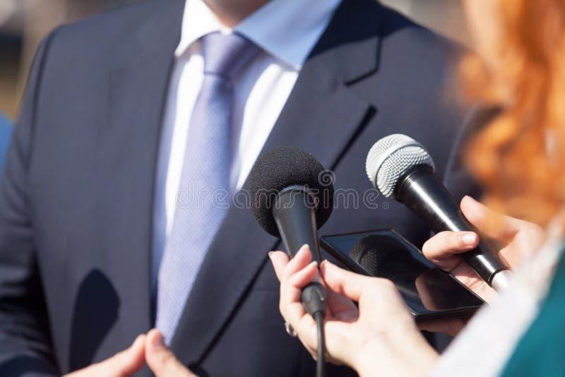 Journalisten die media gesprek met bedrijfspersoon of politicus maken royalty-vrije stock foto