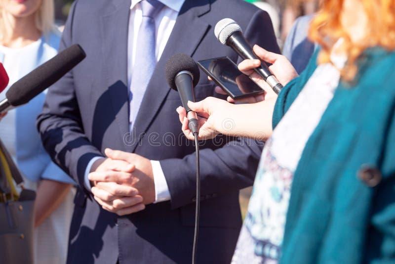 Journalisten die media gesprek met bedrijfspersoon of politicus maken stock foto
