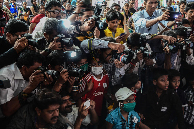 Journalisten en fotografen die met elkaar concurreren terwijl het behandelen van een gebeurtenis royalty-vrije stock afbeeldingen