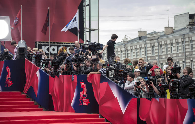 Journalisten op rood tapijt 37 Internationaal de filmfestival van Moskou royalty-vrije stock afbeelding