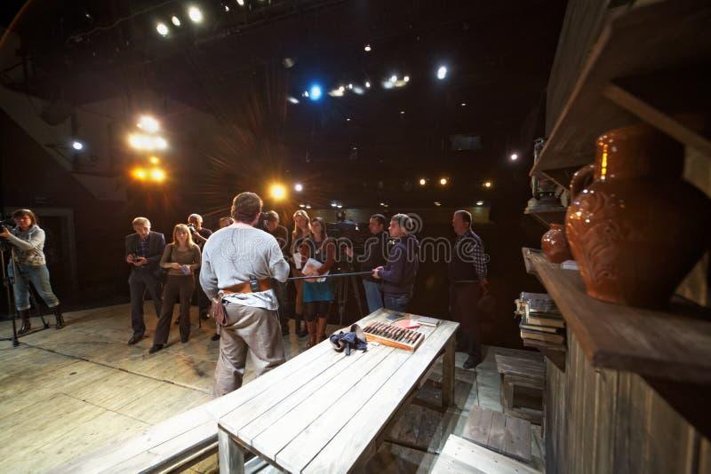 Journalister och cameramen under press-granskar av kapacitet