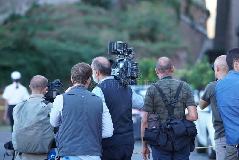Journalister och kameraman på arbete arkivbilder