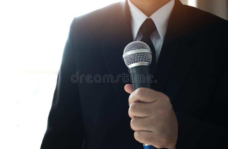 Journalister som sparar mikrofonen som intervjuar till affärsmannen smart royaltyfria foton