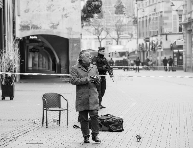 Journalistes devant le policier français dans l'afte de Strasbourg photos stock