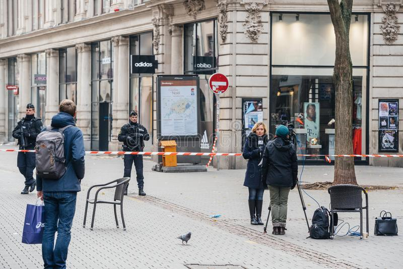 Journalistes devant le policier français dans l'afte de Strasbourg image libre de droits
