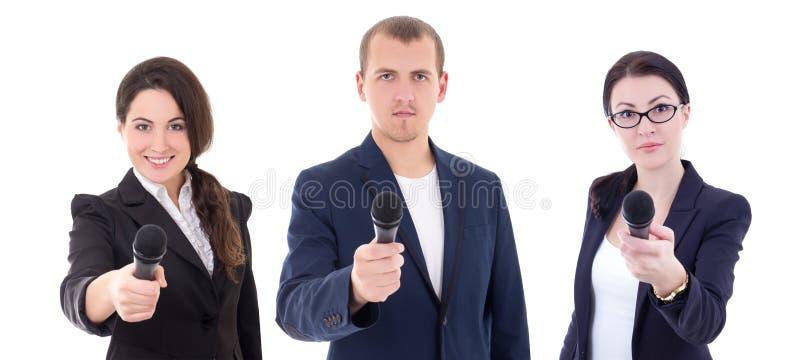 Journalistes ou journalistes d'actualités interviewant une personne retardant t photographie stock