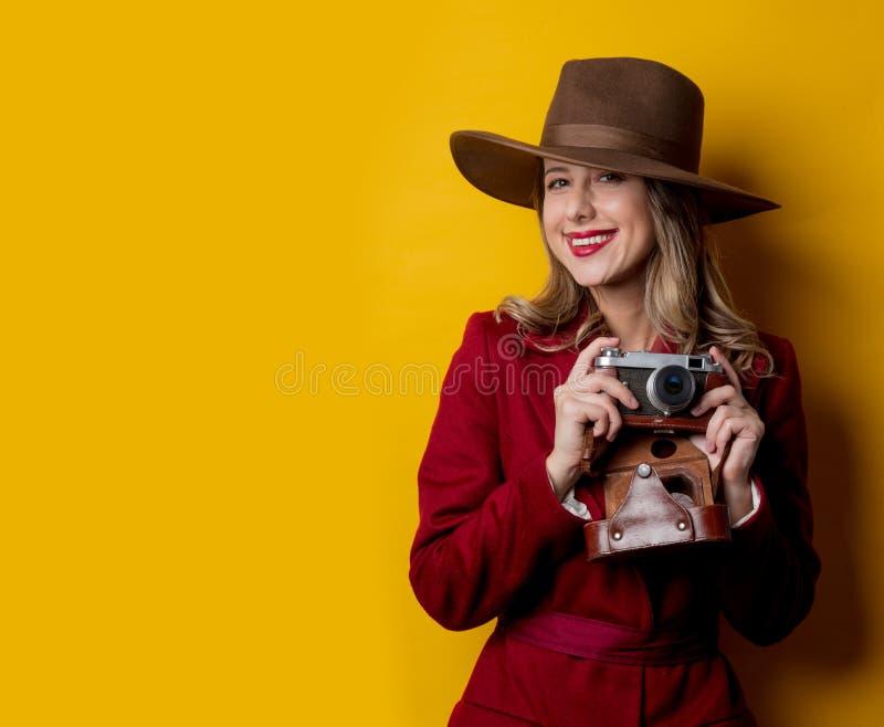 Journalistkvinna i hatt med kameran royaltyfria bilder