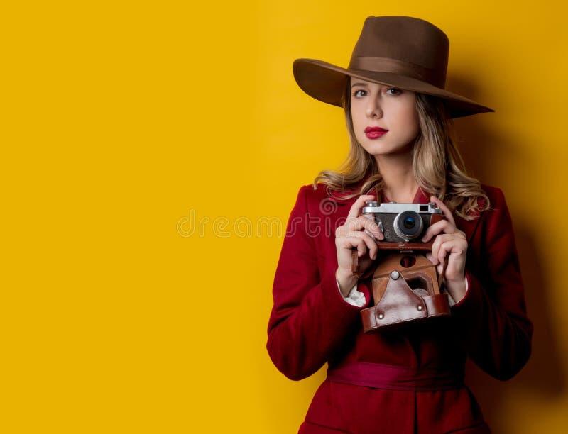 Journalistkvinna i hatt med kameran royaltyfri bild