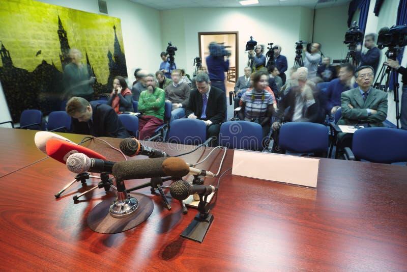 Journalits y fotógrafos de prensa en el centro de la prensa fotos de archivo libres de regalías
