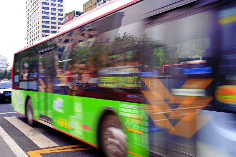 Journaux à grande vitesse et brouillés de bus photographie stock libre de droits