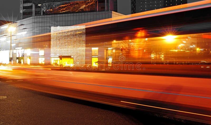 Journaux à grande vitesse et brouillés de lumière de bus image stock