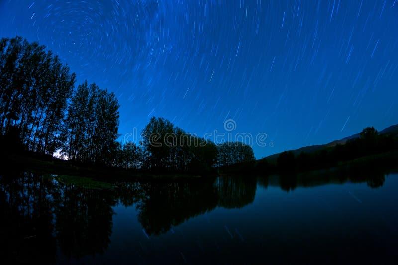 Journaux d'étoile au-dessus du lac. photo stock