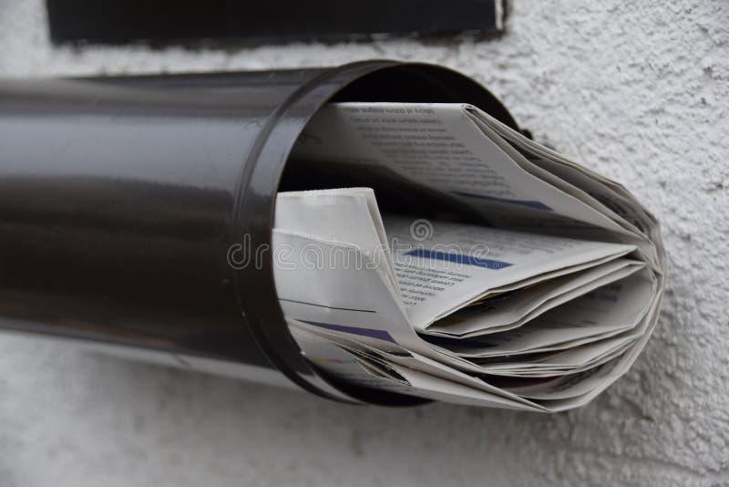 Journaux dans une boîte aux lettres photographie stock