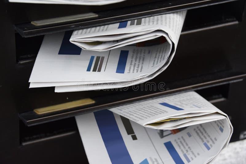 Journaux dans une boîte aux lettres photographie stock libre de droits