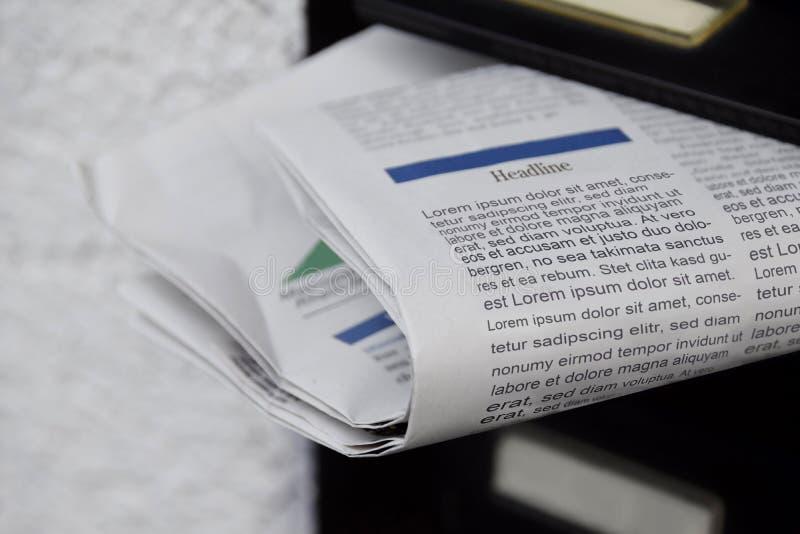 Journaux dans une boîte aux lettres image libre de droits