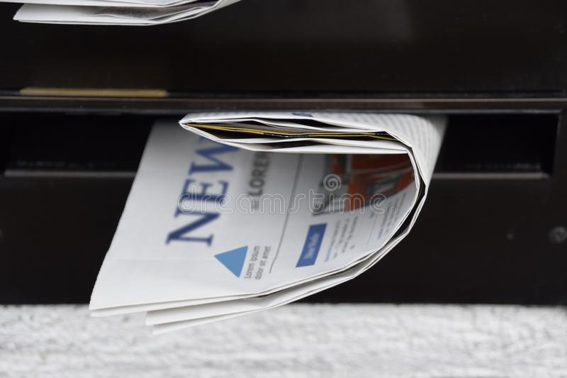 Journaux dans une boîte aux lettres photo libre de droits