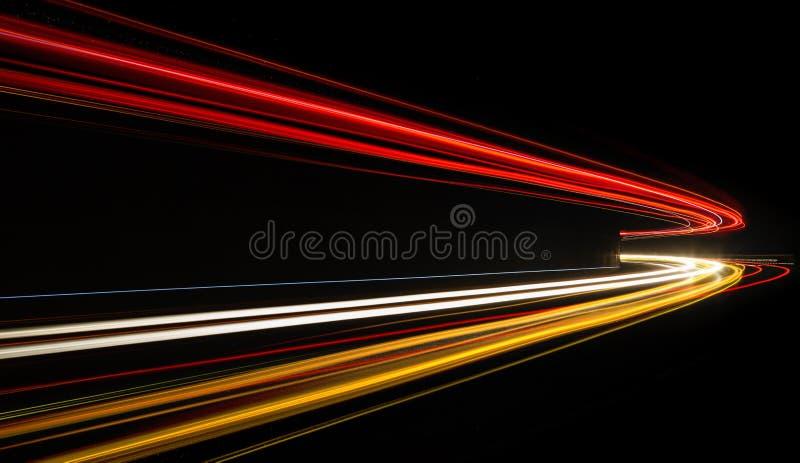 Journaux de lumière de véhicule dans le tunnel image stock