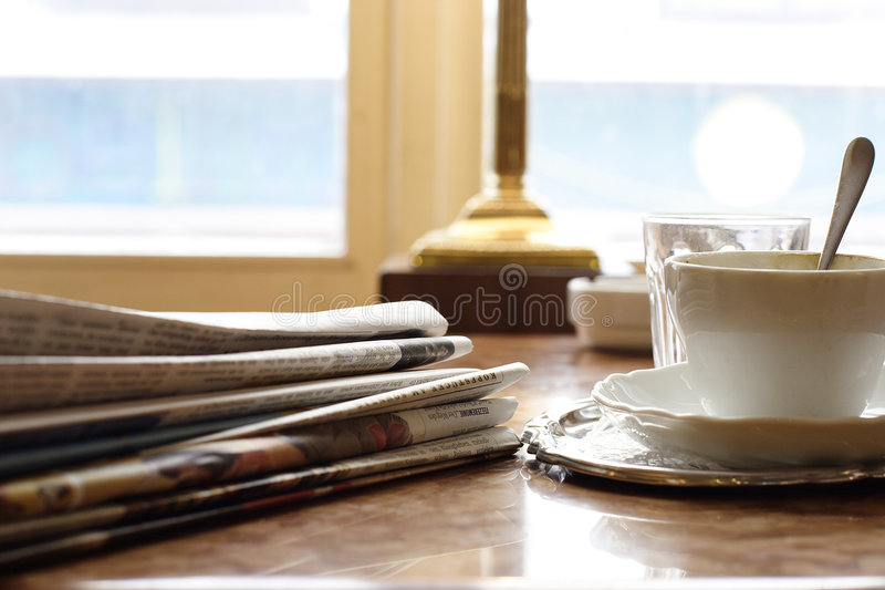 Download Journaux dimanche à matin photo stock. Image du porcelaine - 85092