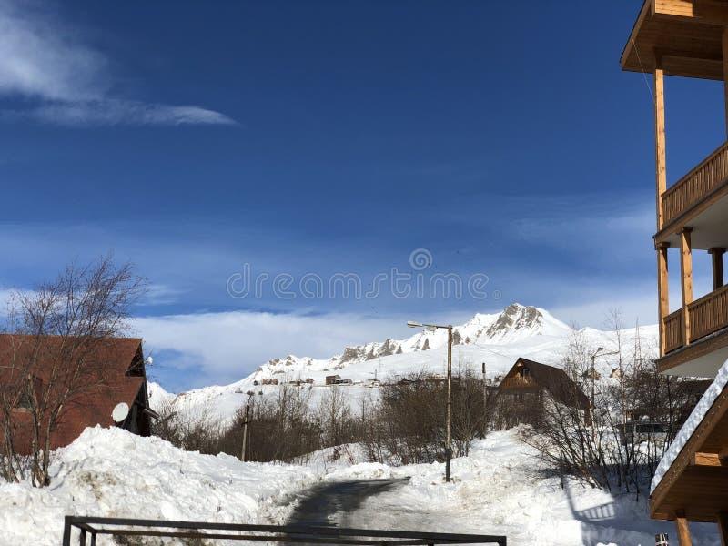 Journaux intimes de voyage de la Géorgie de gudauri de montagne de neige image stock