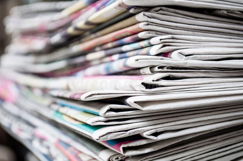 Journaux pliés et empilés sur le fond de table Journal coloré Profondeur d'image de champ image libre de droits