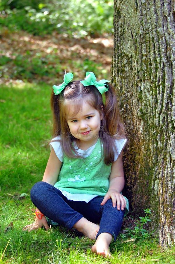 Jours aux pieds nus d'enfance photo stock