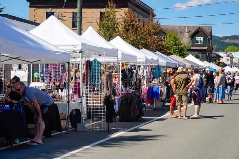 Jours du marché de village sur l'avenue de Dunsmuir en île de Cumberland~Vancouver, AVANT JÉSUS CHRIST, Canada photos libres de droits