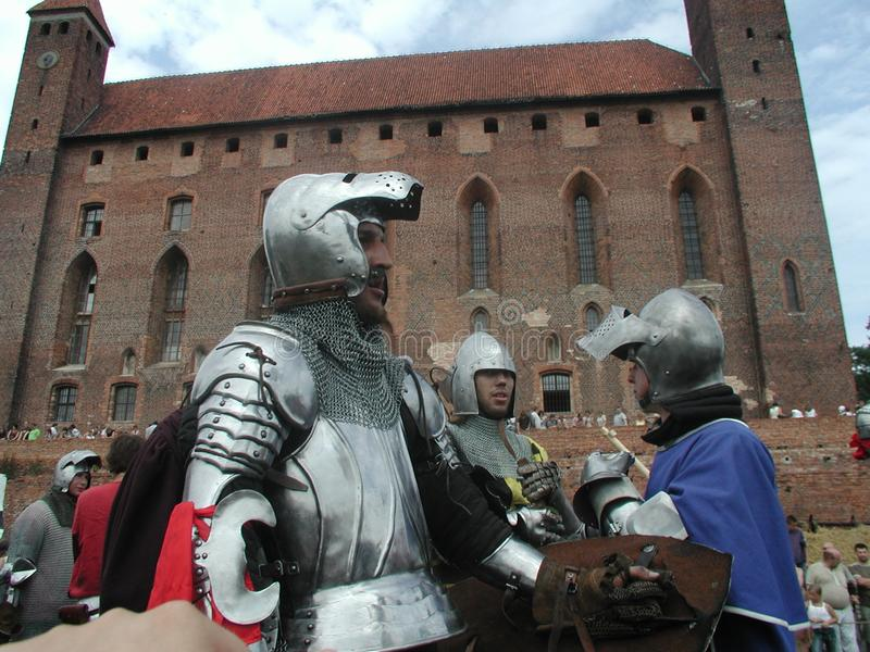 Jousting riddare på den teutonic slotten royaltyfri bild