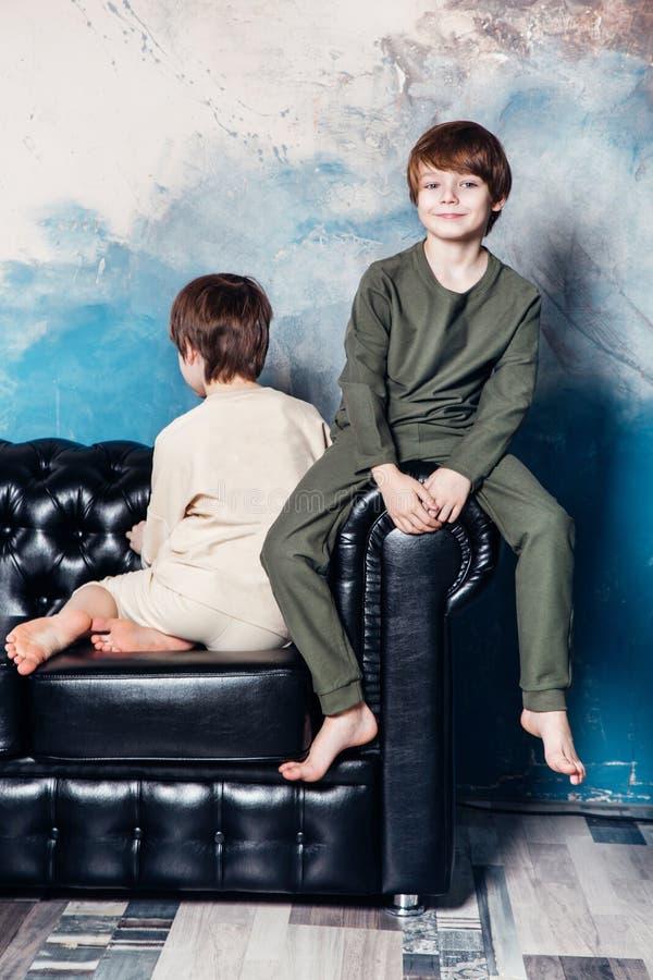 Jovem adolescente à moda que levanta no estúdio Conceito da forma das crianças fotografia de stock royalty free