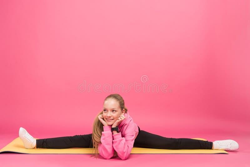 jovem adorável que faz a separação na esteira da aptidão, isolada foto de stock royalty free