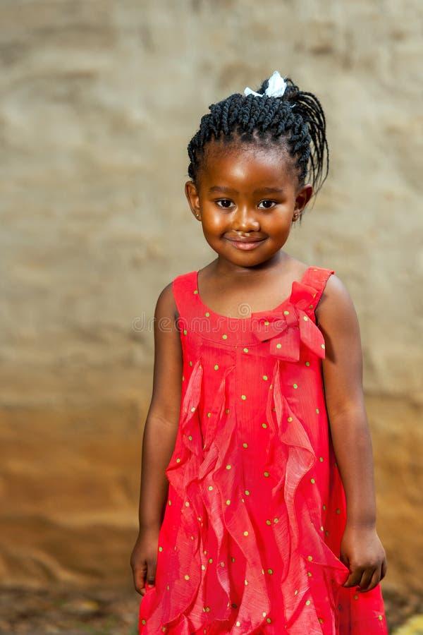 Jovem africano bonito no vestido vermelho. fotografia de stock royalty free