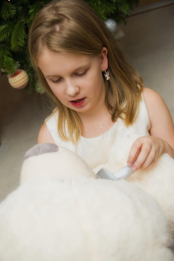Jovem com um grande brinquedo de ursos brancos imagens de stock royalty free