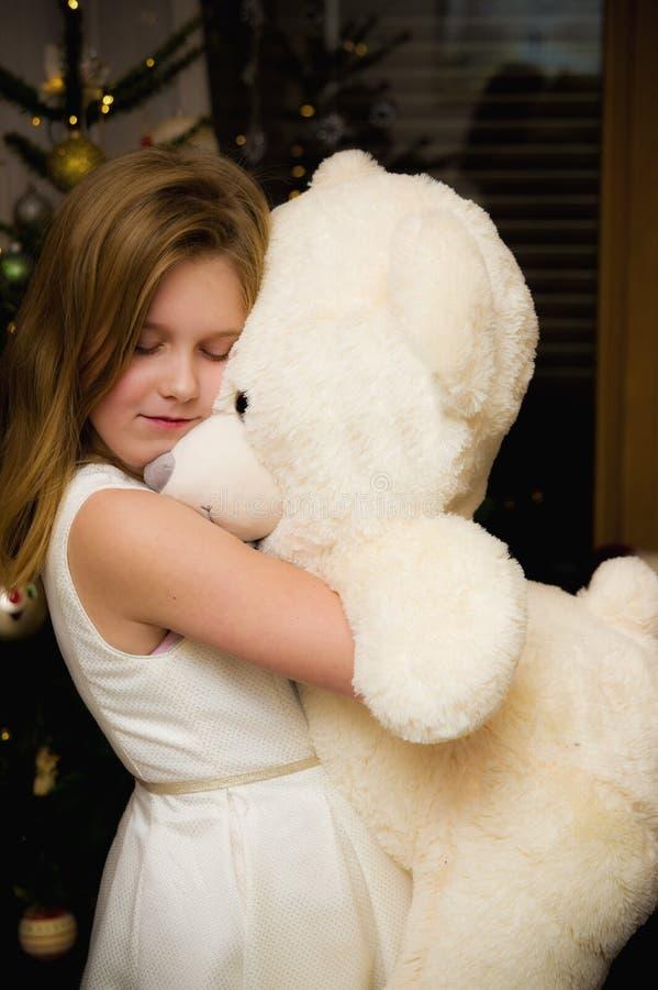 Jovem com um grande brinquedo de ursos brancos imagem de stock
