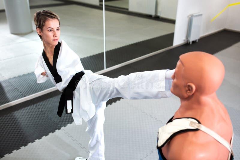 Jovem corajosa e com deficiência física a treinar para-taekwondo fotografia de stock royalty free