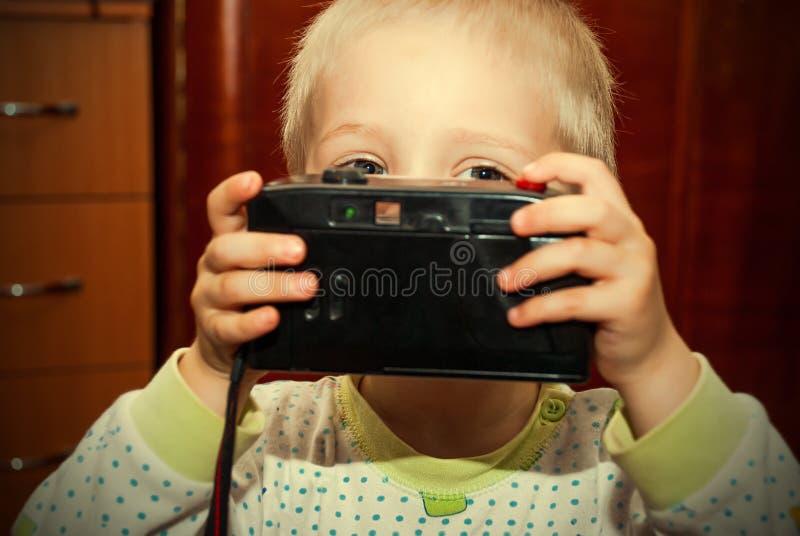 Jovem criança com câmera imagem de stock royalty free