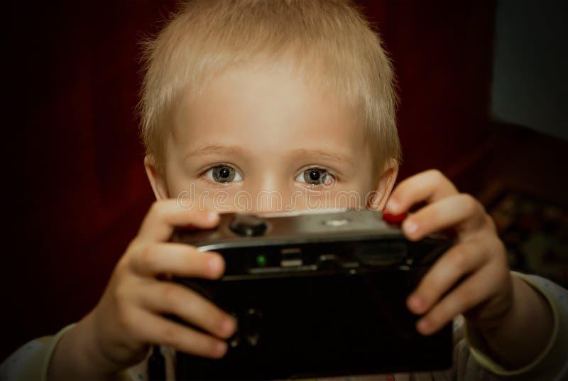 Jovem criança com câmera fotografia de stock royalty free