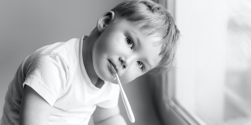 Jovem criança doente com um thermomether, medindo a altura de sua febre e olhando na foto preto e branco da câmera imagem de stock