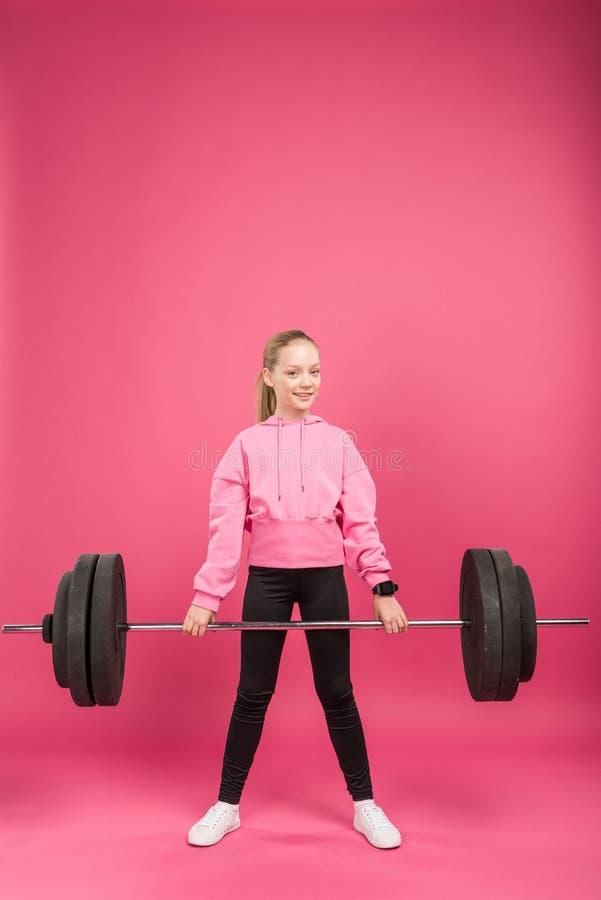 jovem desportivo que exercita com o barbell, isolado imagens de stock royalty free