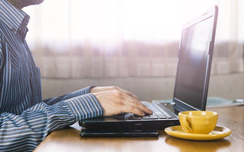 Jovem empresário trabalhando com seu laptop em casa Coronavírus imagens de stock royalty free