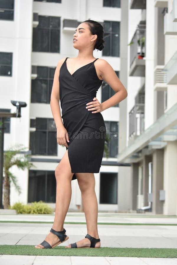 Jovem fêmea que levanta vestindo uma posição do vestido fotografia de stock