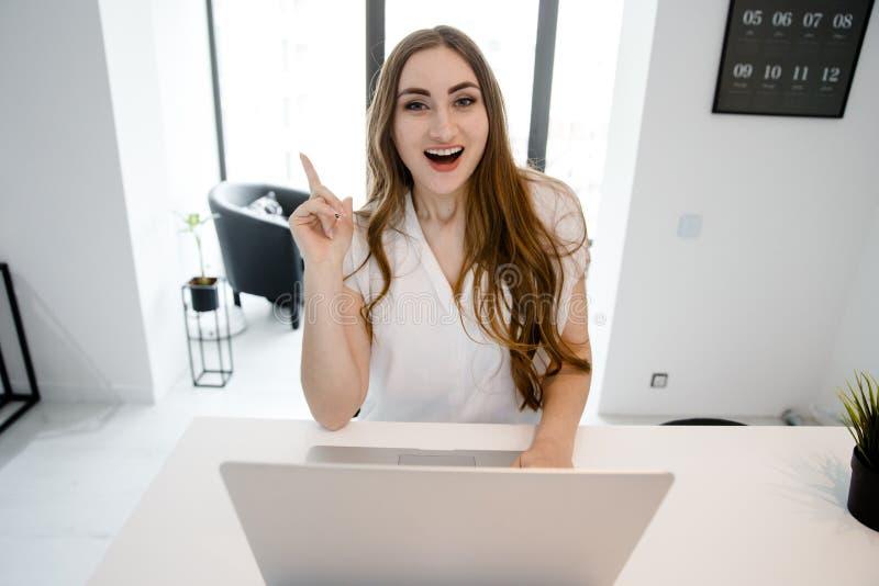 A jovem garota foi visitada Ideia de trabalhar em casa no computador em quarentena fotografia de stock royalty free